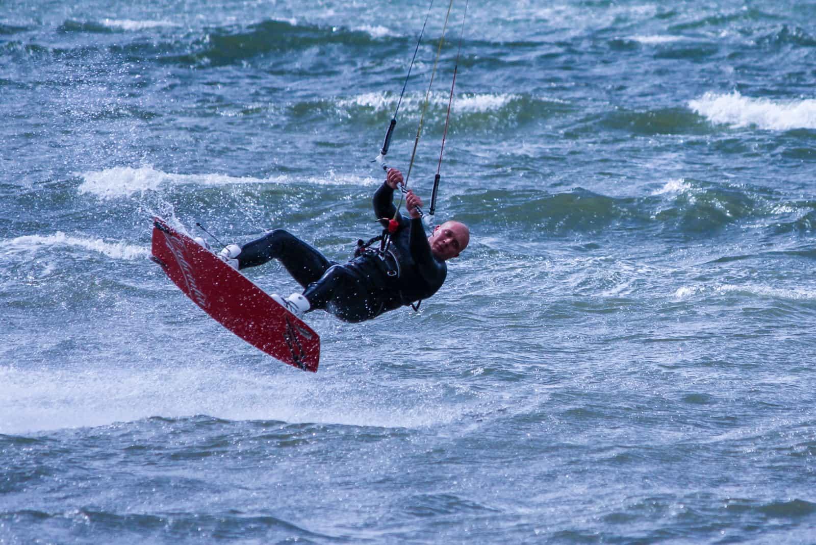 Kitesurfer i luften ved Sandager Næs