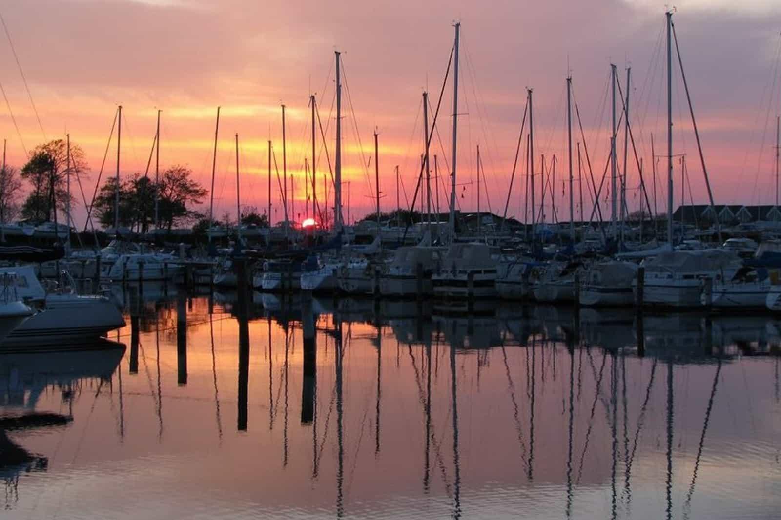 Både i marinaen ved solnedgang